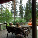 Kytöranta - terassilla on mukava istuskella ja katsoa järvimaisemaa