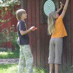 Talasniemi-lapset-tikkaa-heittämässä