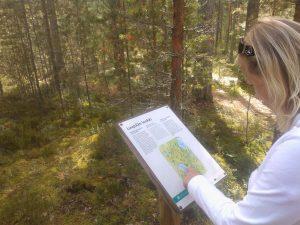 Tyttö tutkii karttaa Leivonmäen kansallispuistossa